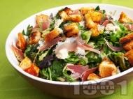 Вкусна френска селска зелена салата с рукола, шунка хамон (или прошуто), крутони, синьо сирене и сос